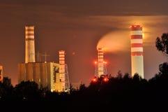 Φω'τα δύναμης που φωτίζονται τη νύχτα Καπνοδόχοι που προωθούν τον καπνό Γερανοί, που επεκτείνουν το ηλεκτρόνιο Παραγωγή θερμότητα στοκ εικόνα με δικαίωμα ελεύθερης χρήσης