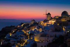 Φω'τα Oia του χωριού τη νύχτα, Santorini, Ελλάδα Στοκ Εικόνες