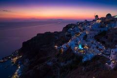 Φω'τα Oia του χωριού τη νύχτα, Santorini, Ελλάδα Στοκ εικόνα με δικαίωμα ελεύθερης χρήσης