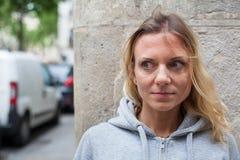 Φόβοι, φοβησμένη γυναίκα στην οδό στοκ εικόνες