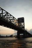 φόβος ακρωτηρίων γεφυρών πέρα από τον ποταμό στοκ φωτογραφίες
