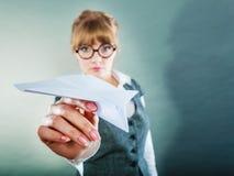 Φόβος μυγών Αεροπλάνο εκμετάλλευσης γυναικών υπό εξέταση Στοκ φωτογραφία με δικαίωμα ελεύθερης χρήσης
