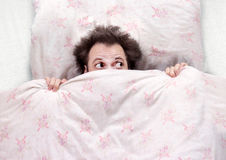 Φόβος στο κρεβάτι Στοκ εικόνα με δικαίωμα ελεύθερης χρήσης