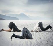 Φόβος της κρίσης με τον επιχειρηματία όπως μια στρουθοκάμηλο Στοκ Εικόνες