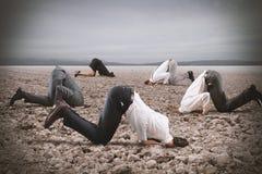 Φόβος της κρίσης με το businesspeople όπως μια στρουθοκάμηλο στοκ εικόνα