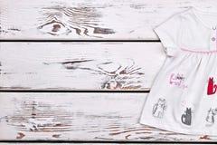 Φόρεμα κινούμενων σχεδίων γατών κοριτσάκι Στοκ φωτογραφία με δικαίωμα ελεύθερης χρήσης