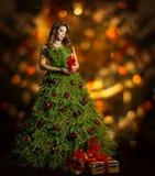 Φόρεμα μόδας γυναικών χριστουγεννιάτικων δέντρων, πρότυπο κορίτσι, φω'τα Χριστουγέννων Στοκ Εικόνες