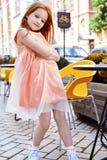 Φόρεμα μόδας χρώματος ροδάκινων ένδυσης μικρών κοριτσιών Στοκ Φωτογραφία