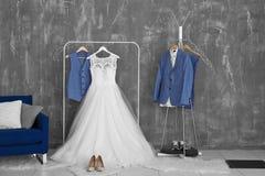 Φόρεμα νυφών και κοστούμι νεόνυμφων στο βεστιάριο Στοκ φωτογραφία με δικαίωμα ελεύθερης χρήσης