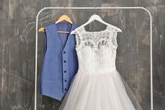 Φόρεμα νυφών και κοστούμι νεόνυμφων στο βεστιάριο στοκ εικόνα με δικαίωμα ελεύθερης χρήσης