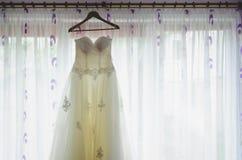 Φόρεμα νυφών μπροστά από το παράθυρο Στοκ φωτογραφία με δικαίωμα ελεύθερης χρήσης