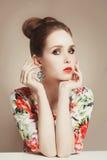 Φόρεμα λουλουδιών του όμορφου κοριτσιού άνοιξη Στοκ Εικόνες