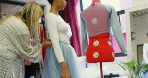 Φόρεμα ρύθμισης σχεδιαστών μόδας στον πελάτη 4k απόθεμα βίντεο