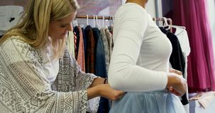 Φόρεμα ρύθμισης σχεδιαστών μόδας στον πελάτη 4k φιλμ μικρού μήκους