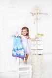 Φόρεμα στην κρεμάστρα παλτών Στοκ φωτογραφία με δικαίωμα ελεύθερης χρήσης