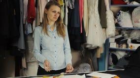 Φόρεμα σχεδιαστών στα λειτουργώντας ενδύματα που αποκόπτουν απόθεμα βίντεο