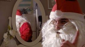 Φόρεμα Santa επάνω στο κοστούμι σας στοκ φωτογραφία με δικαίωμα ελεύθερης χρήσης