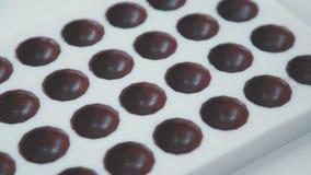Φόρμα για το ζαχαροπλάστη Φόρμα με τη σοκολάτα Κατοικία για τις σοκολάτες απόθεμα βίντεο