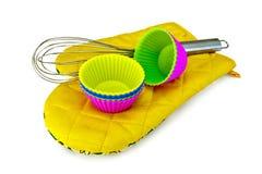 Φόρμες για τα cupcakes με τον αναμίκτη στο potholder Στοκ Εικόνα