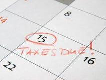 Φόροι που οφείλονται που χαρακτηρίζει στο ημερολόγιο στοκ εικόνες