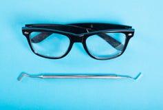 Φόρος οδοντιατρικής και ζευγάρι των μαύρων γυαλιών Στοκ εικόνες με δικαίωμα ελεύθερης χρήσης