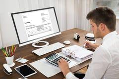 Φόρος υπολογισμού λογιστών στο γραφείο Στοκ Φωτογραφίες