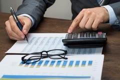 Φόρος υπολογισμού Businessperson στην αρχή στοκ φωτογραφία με δικαίωμα ελεύθερης χρήσης