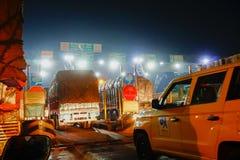 Φόρος Plaza Dhulagori - αυτοκίνητα που περιμένουν να διασχίσει Στοκ Εικόνα