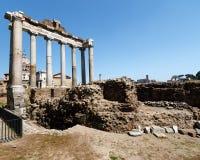 Φόρουμ στη Ρώμη με ένα υπόβαθρο μπλε ουρανού στοκ φωτογραφία με δικαίωμα ελεύθερης χρήσης