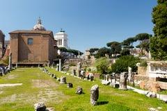 Φόρουμ στη Ρώμη με ένα υπόβαθρο μπλε ουρανού στοκ εικόνα με δικαίωμα ελεύθερης χρήσης