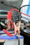 Φόρτιση του αυτοκινήτου μπαταριών με τα καλώδια αλτών Στοκ Εικόνα