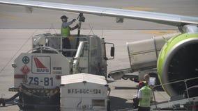 Φόρτωμα των αποσκευών επί των αεροσκαφών απόθεμα βίντεο