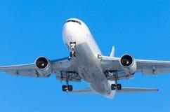 Φόρτωση αεροσκαφών επιβατών των αποσκευών στον κόλπο φορτίου στον αερολιμένα Στοκ εικόνα με δικαίωμα ελεύθερης χρήσης