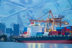 Φόρτωση εμπορευματοκιβωτίων με το γερανό, το φορτηγό πλοίο και τα χρήματα Στοκ Εικόνα