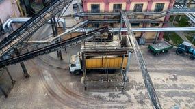 Φόρτωση ενός μεταφορέα φορτηγών σε μια τοπ άποψη βιομηχανικής επιχείρησης από έναν κηφήνα στοκ εικόνα