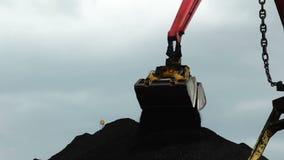 Φόρτωση του άνθρακα απόθεμα βίντεο