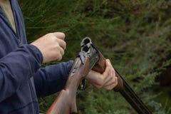 Φόρτωση του διπλού κυνηγετικού όπλου βαρελιών για Skeet στοκ εικόνα