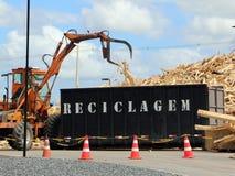 Φόρτωση των σπασμένων παλετών στο εμπορευματοκιβώτιο Στοκ εικόνα με δικαίωμα ελεύθερης χρήσης