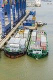 Φόρτωση φορτίου στο σκάφος μεταφορέων Στοκ Εικόνες