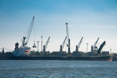 Φόρτωση φορτηγών πλοίων Στοκ εικόνες με δικαίωμα ελεύθερης χρήσης