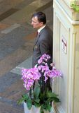 Φύλακας πίσω από τα λουλούδια στο πολυκατάστημα Στοκ φωτογραφία με δικαίωμα ελεύθερης χρήσης
