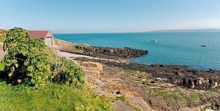 Φύλακας των θαλασσών - παλαιές σπίτι βαρκών ζωής Moelfre και σχάρα καθελκύσεως - νησί Moelfre της βόρειας Ουαλίας Anglesey στοκ φωτογραφία με δικαίωμα ελεύθερης χρήσης