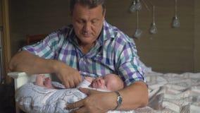 Φύλαξη μωρού Grandpa δύο μηνών εγγονιών φιλμ μικρού μήκους