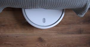 Φύλλα ηλεκτρικών σκουπών ρομπότ από κάτω από τον καναπέ απόθεμα βίντεο