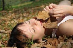 φύλλα κοριτσιών φθινοπώρ&omicron Στοκ Φωτογραφίες