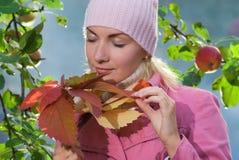 φύλλα κοριτσιών φθινοπώρ&omicron Στοκ Φωτογραφία