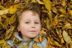 Φύλλα παιδιών και φθινοπώρου Στοκ Φωτογραφίες