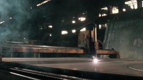 Φύλλα περικοπών βιομηχανικά μετάλλων τεμνουσών μηχανών του σιδήρου στα διάφορα μέρη απόθεμα βίντεο