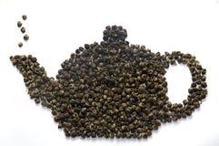 φύλλα που γίνονται teapot τσαγιού Στοκ Φωτογραφία