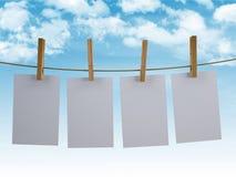 Φύλλα που κρεμούν σε μια σκοινί για άπλωμα με το υπόβαθρο ουρανού απεικόνιση αποθεμάτων